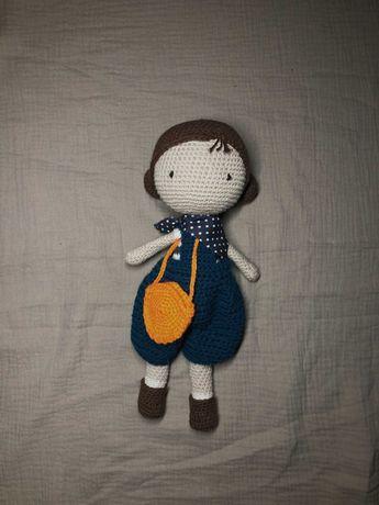Boneca feita em crochet com a técnica amigurumi - roupas incluídas