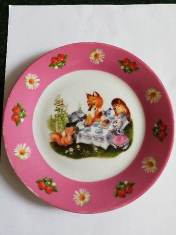 Продам детскую тарелку с изображением зверюшек.