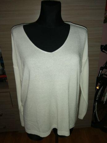 Śmietankowy sweterek oversize