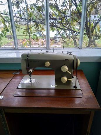 Продам немецкую швейную машинку Veritas c тумбой