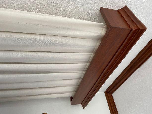 Cortina alinhada e Sanefa em madeira