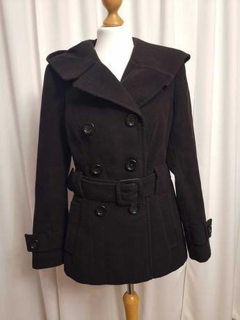 Czarny płaszcz zimowy z kapturem