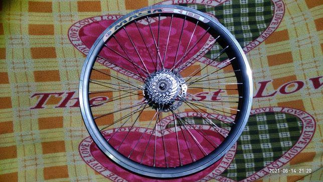 Заднее велоколесо с трещеткой, тормозным диском и покрышкой