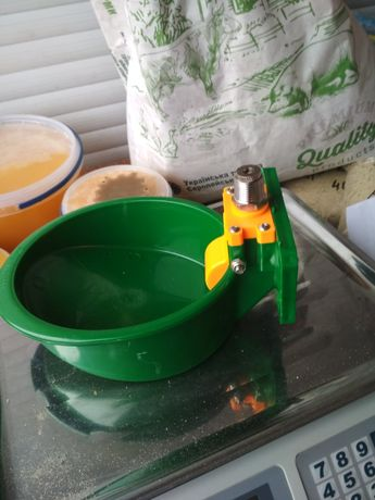 Поросята чашечна поїлка пластик