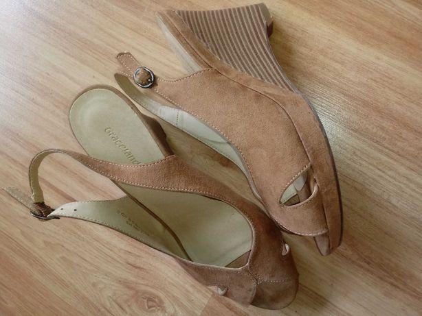 Karmelowe zamszowe sandalki na koturnie 38