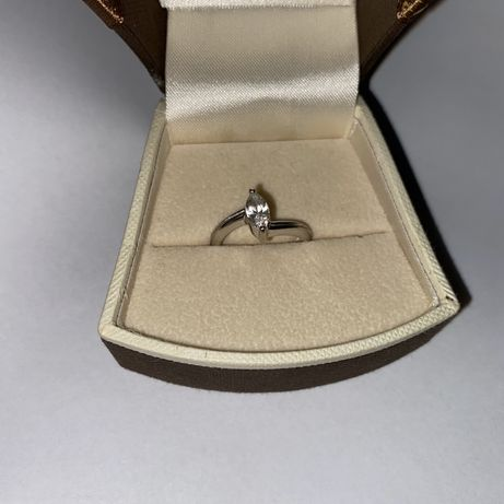 Srebrny pierscionek z cyrkonią