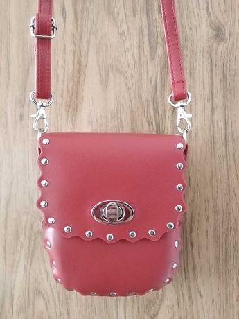 Jennifer CCC mała torebka listonoszka saszetka czerwona ćwieki dżety