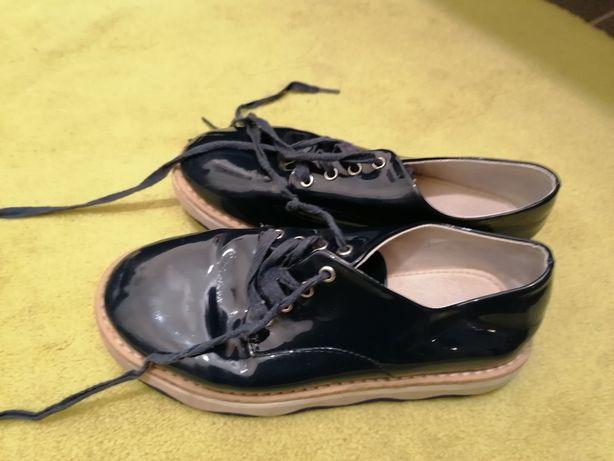 Sapatos de verniz com atacadores
