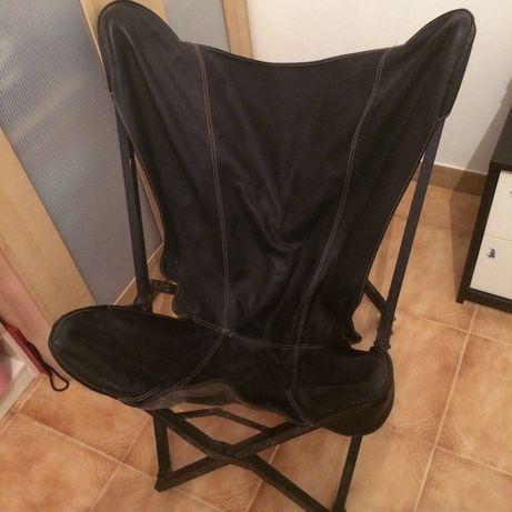 Cadeira em pele genuína/ estrutura em madeira