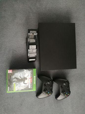 Xbox One X 1TB dwa pady.
