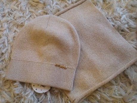 nowa beżowa czapka ze złotą nitka i kominem