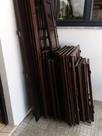 Portas e janelas em mogno