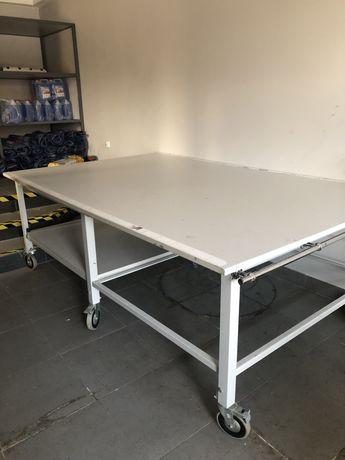 Stół do rozkroju materialów skóry