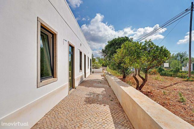 Quinta Parcialmente Renovada - 7000 m2 de Terreno - 5 minutos do Centr