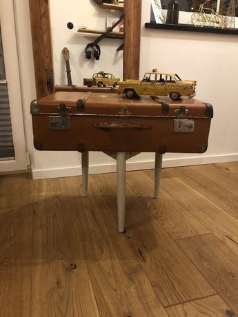Stary stolik walizka