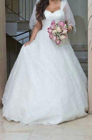 Vestido de noiva com renda e cristais