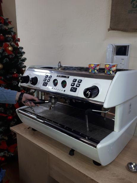 Продам профессиональную 2х постовую кофемашину La Spesiale S3