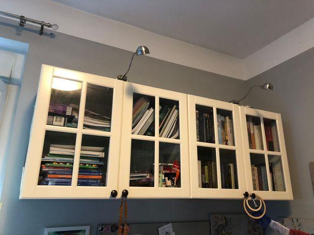 Szafka biała typu witryna wisząca IKEA + 2 lampki oświetlające