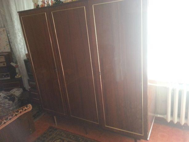 Продам трех-створчатый платяной шкаф. (Венгрия).
