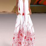 długa biała sukienka z czerwonymi dodatkami