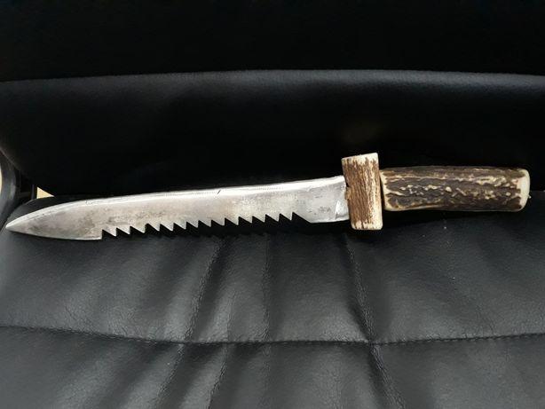 Ciekawy myśliwski nóż z rękojeścią z rogu polecam piła róg
