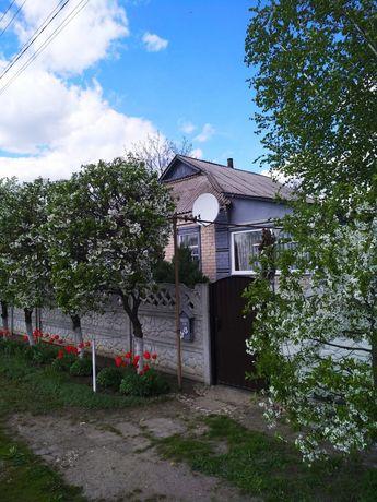 Дом в Котовке, кирпичный с гаражом, постройками и большим участком.