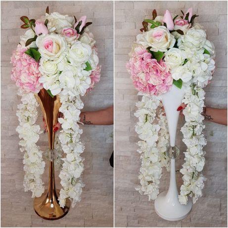 Pudrowa kompozycja kwiatowa w złotym i bialym wysokim wazonie