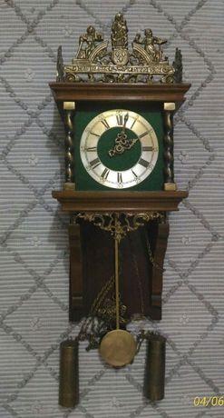 Relógio de parede antigo com pêndulos