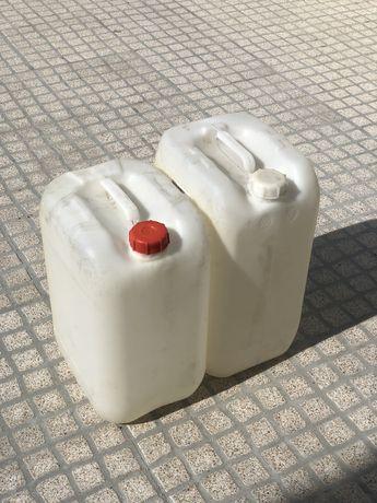 Vendo bidões com cerca de 25 litros de capacidade