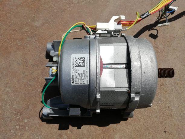Двигатель (327758007 )на стиральную машинку Electrolux ,почти новый