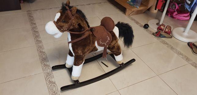 Koń na biegunach z dzwiekiem