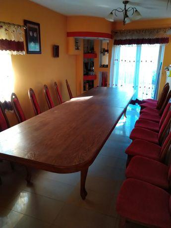Duży drewniany stół i 18 krzeseł
