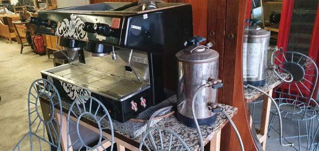Máquina de café para cafetaria pronta a funcionar