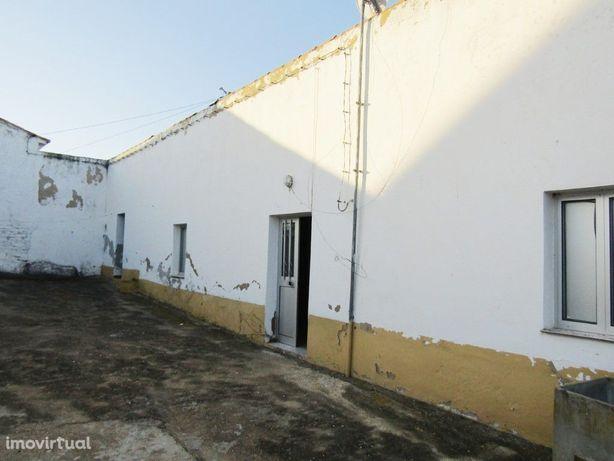 Imóvel de banco - Moradia V2 situada na povoação de Bens
