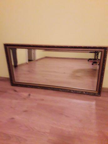 Duże lustro z ramą wiszące