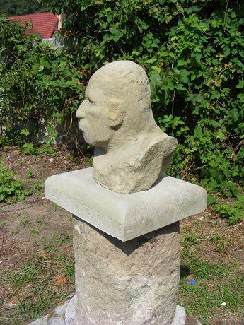 stara rzeżba głowa z piaskowca