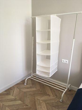 Wieszak na ubrania IKEA Rigga wraz z półką Skubb