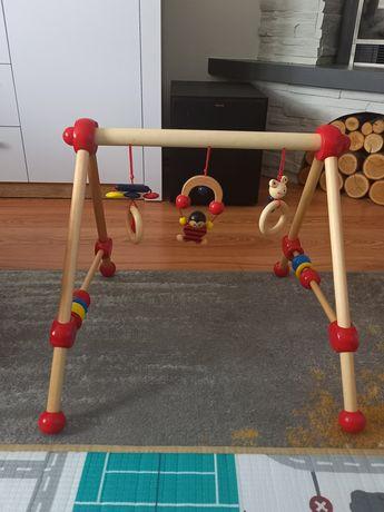 Drewniany stojak na zabawki. Pałąk z zabawkamk