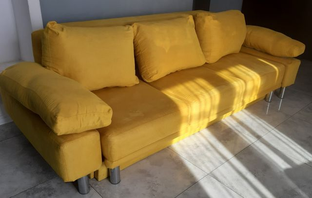 Żółta kanapa z funkcją spania