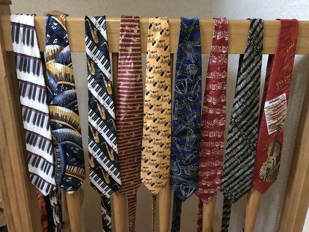 Krawat z klawiszami z nutami muzyczny