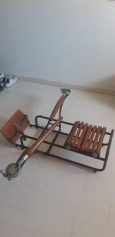 Máquina de treino de remo antiga.