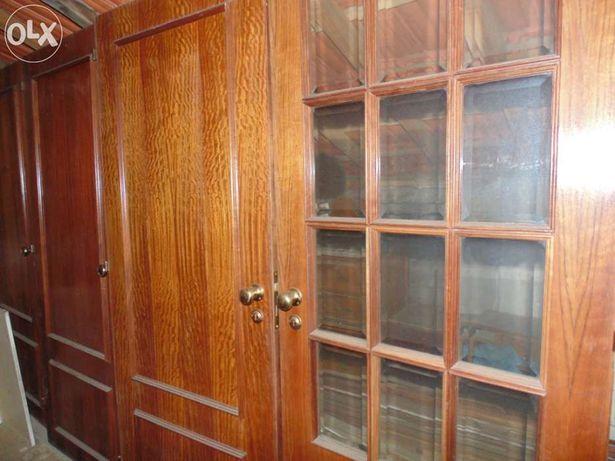 Portas de madeira com ferragens
