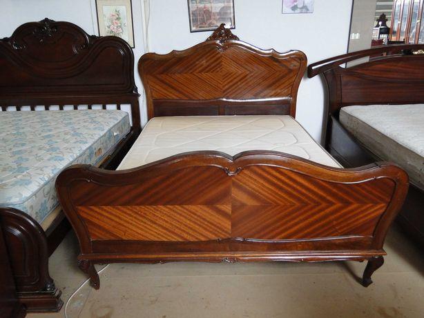 Conjunto de cama antiga estilo Queen Anne com estrado e colchão