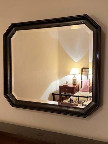 Espelho biselado com moldura em mogno