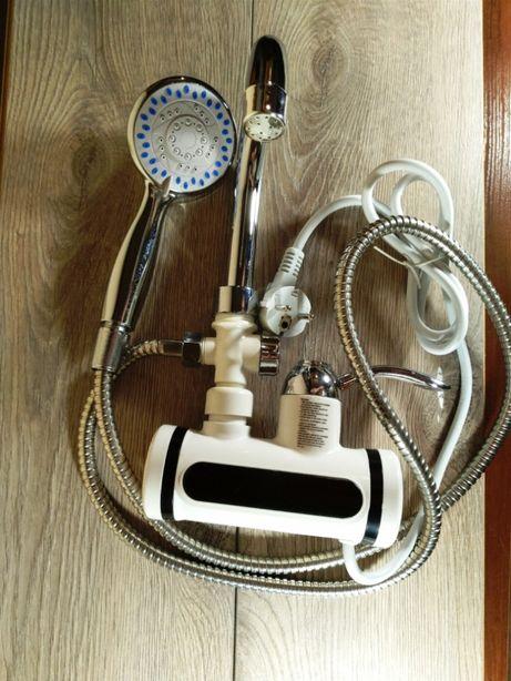 Проточний водонагрівач . Новий кран з душем та екраном гаряча вода