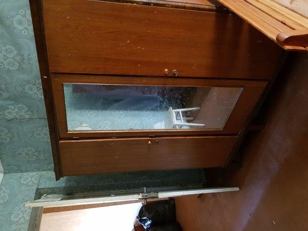 Продам старую мебель,шкаф,сервант