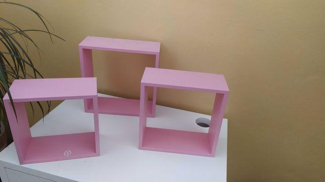 Półki w kolorze różowym