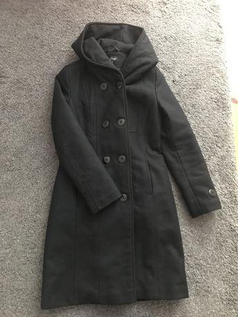 Czarny wełniany plaszcz