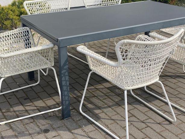 Stół ogrodowy z sześcioma krzesłami.