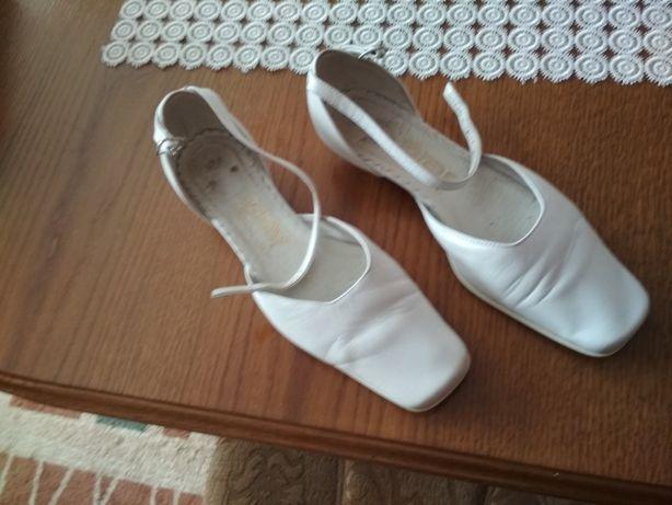 Buty ślubne białe skórzane rozm. 39 obcas czaczuszka